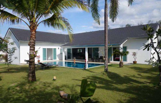 Grande villa avec piscine sur belle parcelle verdoyante à vendre à  Khaolak