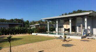 Superbe villa récente avec piscine avec deux bungunlows et un terrain à contruire à Khao Lak